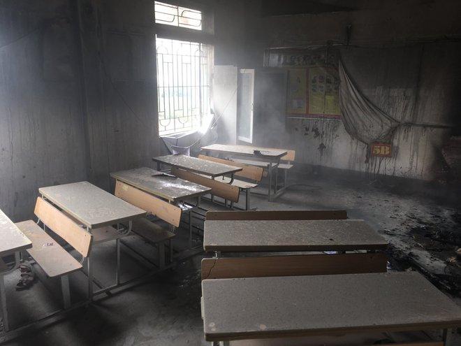 Trường học bốc cháy giữa trưa, cả trăm học sinh tiểu học ôm chăn gối chạy ra sân - Ảnh 1.