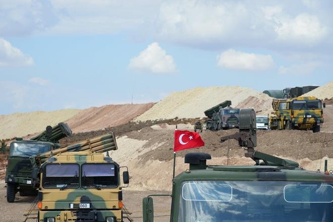 Cho quân Syria xả hết đạn, Thổ Nhĩ Kỳ dồn hỏa lực đáp trả gấp 10? - Ảnh 2.