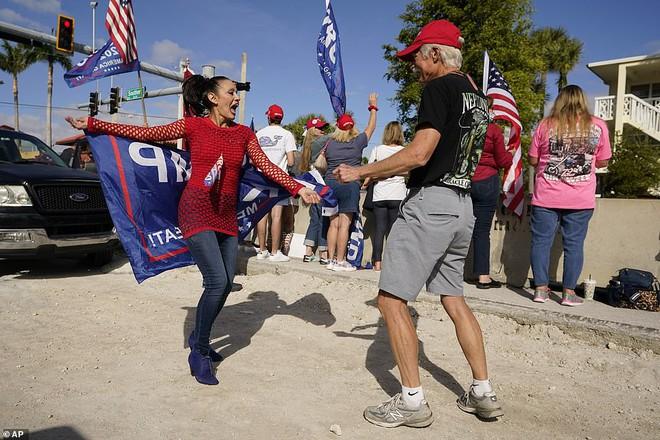 [ẢNH] Cựu Tổng thống Trump về nhà, người ủng hộ nhiệt tình chào đón - Ảnh 6.