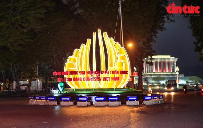 Hà Nội rực sáng trong đêm chào mừng Đại hội XIII của Đảng - Ảnh 1.