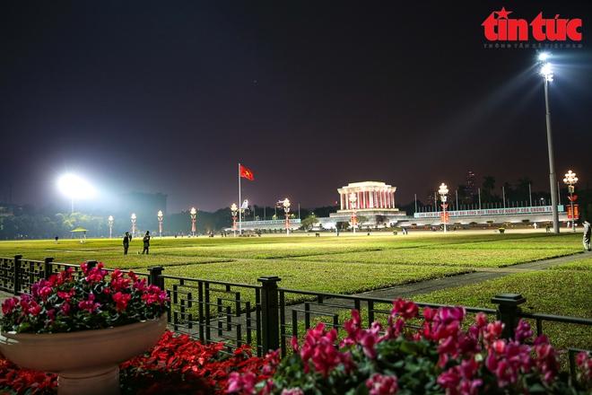 Hà Nội rực sáng trong đêm chào mừng Đại hội XIII của Đảng - Ảnh 2.