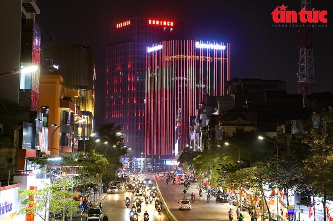 Hà Nội rực sáng trong đêm chào mừng Đại hội XIII của Đảng - Ảnh 3.