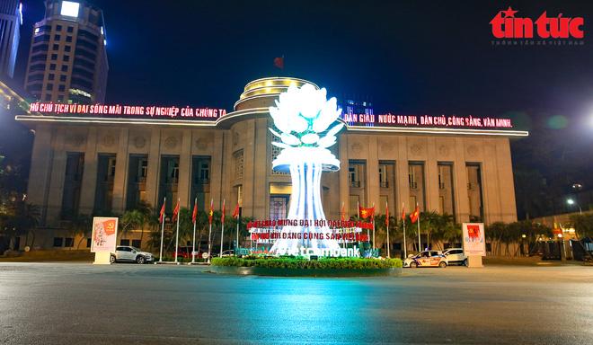 Hà Nội rực sáng trong đêm chào mừng Đại hội XIII của Đảng - Ảnh 4.