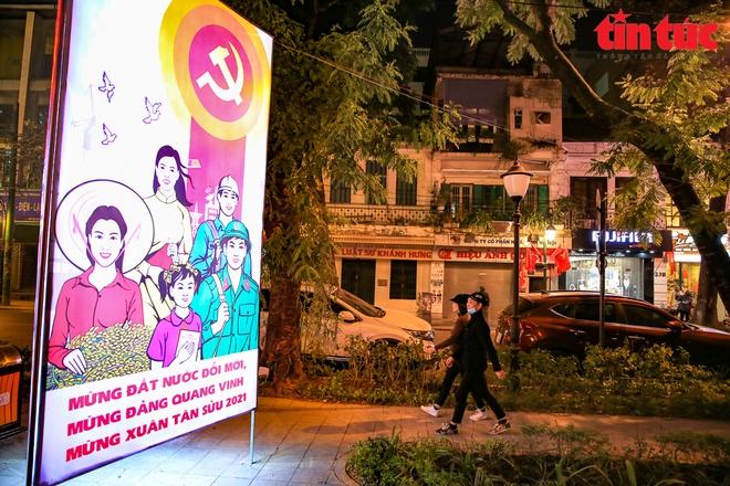 Hà Nội rực sáng trong đêm chào mừng Đại hội XIII của Đảng - Ảnh 6.