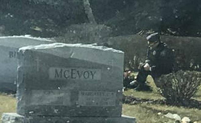 """Người """"bí ẩn"""" quỳ trước mộ con trai lớn ông Biden khi ông đang phát biểu nhậm chức"""