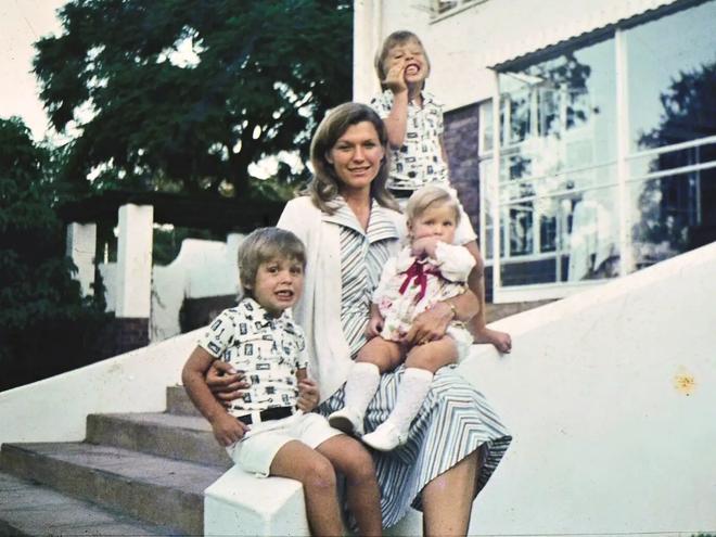 Trở thành tỷ phú công nghệ giàu nhất thế giới, Elon Musk có người mẹ nổi tiếng và vĩ đại thế nào? - Ảnh 5.