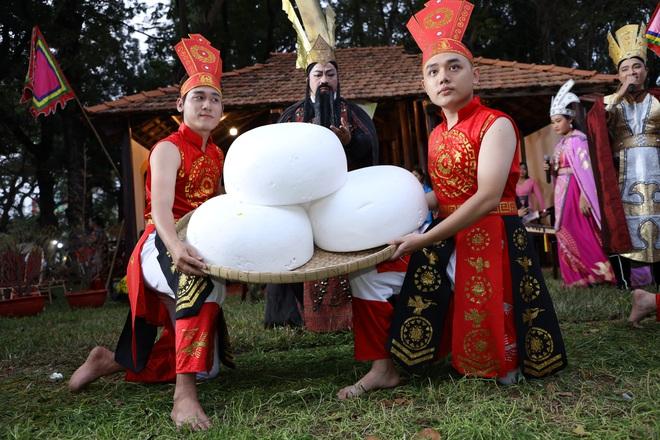 Bánh chưng, gà nướng Gia Lai hút người Sài Gòn ngày cận Tết - Ảnh 2.