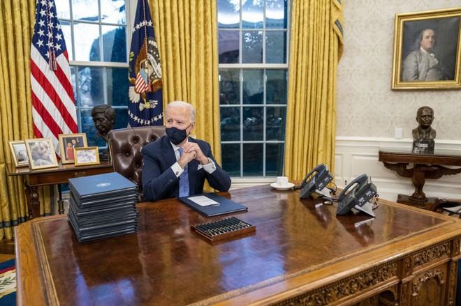 Bức tượng bán thân sau lưng TT Biden có gì đặc biệt mà khiến người Mỹ phấn khích bật dậy? - Ảnh 1.