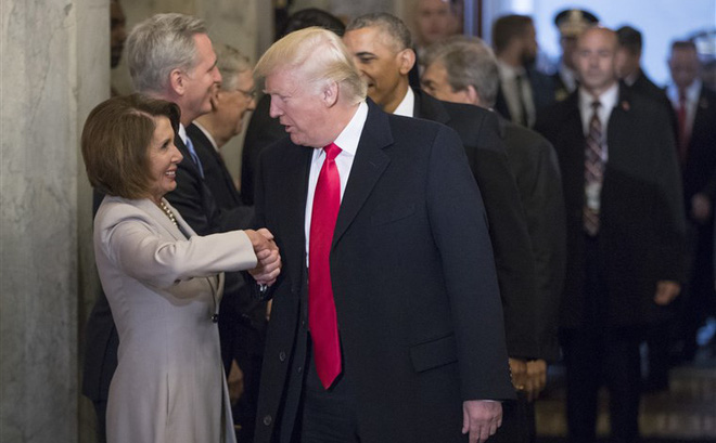 """Bà Pelosi quyết tước """"lá bài miễn tù"""" của tổng thống bằng đòn giáng mạnh vào ông Trump"""