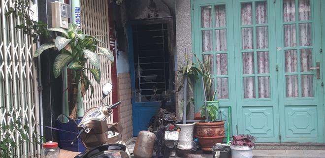 Cháy căn nhà trong hẻm ở Sài Gòn lúc rạng sáng, 7 người bị kẹt bên trong  - Ảnh 1.