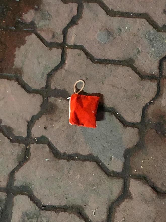 Nhặt được ví màu đỏ giữa đường, thanh niên bật cười khi đọc bức thư tình bên trong - Ảnh 1.
