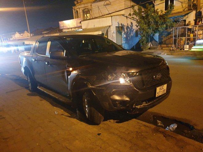 Xe bán tải do người đàn ông nước ngoài cầm lái húc văng 3 xe máy trong đêm, 4 người bị thương - Ảnh 1.
