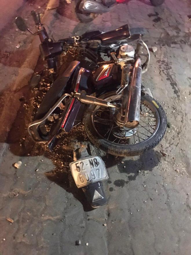 Xe bán tải do người đàn ông nước ngoài cầm lái húc văng 3 xe máy trong đêm, 4 người bị thương - Ảnh 2.