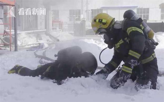 Lính cứu hoả vùi mặt vào tuyết, lý do phía sau khiến dân mạng rơi nước mắt