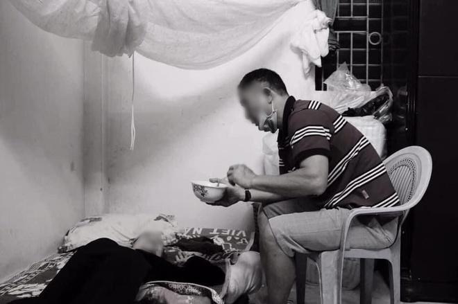 Bức ảnh người đàn ông trung tuổi bón cháo cho mẹ và câu chuyện đằng sau khiến tất cả xúc động - Ảnh 1.