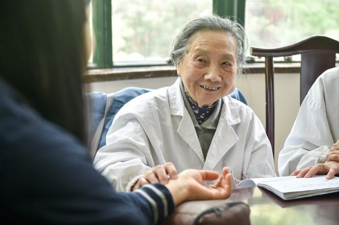 Bậc thầy Đông y 100 tuổi có mái tóc đen, hàm răng chắc khỏe: Nhờ kiên trì làm 1 động tác - Ảnh 7.