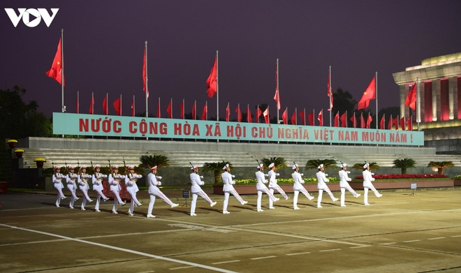 Lãnh đạo Đảng, Nhà nước và các đại biểu dự Đại hội XIII vào Lăng viếng Bác - ảnh 1