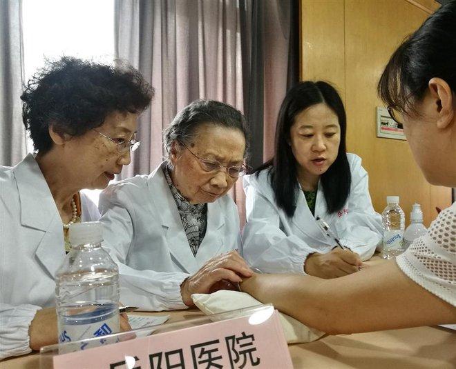 Bậc thầy Đông y 100 tuổi có mái tóc đen, hàm răng chắc khỏe: Nhờ kiên trì làm 1 động tác - Ảnh 1.