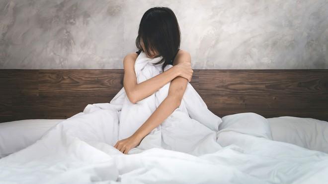 Đang ngủ, bà mẹ giật mình khi bạn trai của con gái sàm sỡ, câu nói sau đó của hắn mới ghê tởm - Ảnh 1.