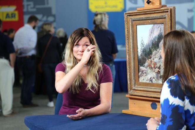 Mở khung tranh để vệ sinh, cô gái trẻ nhận ra mình sở hữu vật báu - Kết luận của chuyên gia khiến cô bật khóc - Ảnh 5.