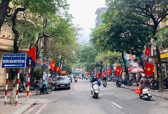 Ngõ, phố Thủ đô thắm sắc cờ chào mừng Đại hội lần thứ XIII của Đảng - Ảnh 1.