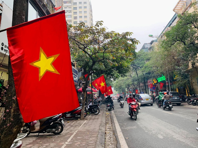 Ngõ, phố Thủ đô thắm sắc cờ chào mừng Đại hội lần thứ XIII của Đảng - Ảnh 2.