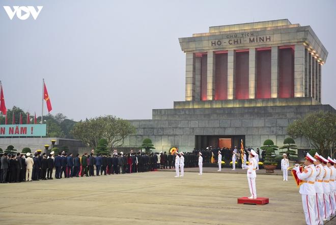 Lãnh đạo Đảng, Nhà nước và các đại biểu dự Đại hội XIII vào Lăng viếng Bác - ảnh 11