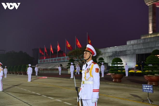 Lãnh đạo Đảng, Nhà nước và các đại biểu dự Đại hội XIII vào Lăng viếng Bác - ảnh 2