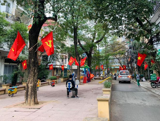 Ngõ, phố Thủ đô thắm sắc cờ chào mừng Đại hội lần thứ XIII của Đảng - Ảnh 3.