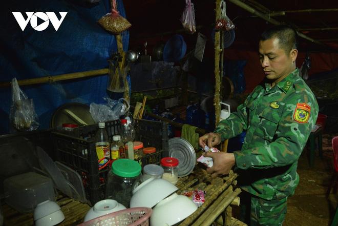 Trắng đêm tuần tra chống dịch trên biên giới Lạng Sơn - Ảnh 4.