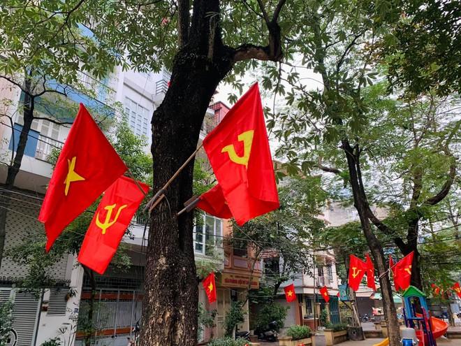 Ngõ, phố Thủ đô thắm sắc cờ chào mừng Đại hội lần thứ XIII của Đảng - Ảnh 4.