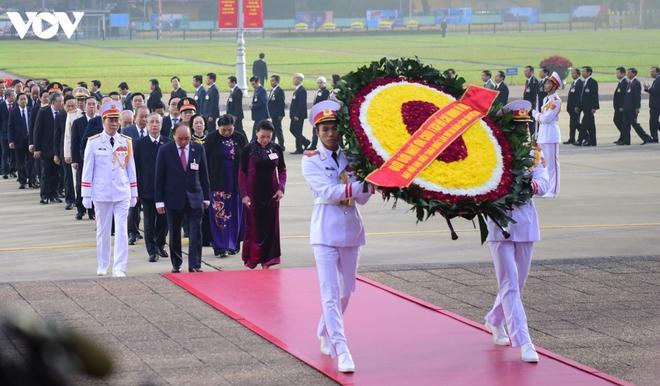 Lãnh đạo Đảng, Nhà nước và các đại biểu dự Đại hội XIII vào Lăng viếng Bác - ảnh 4