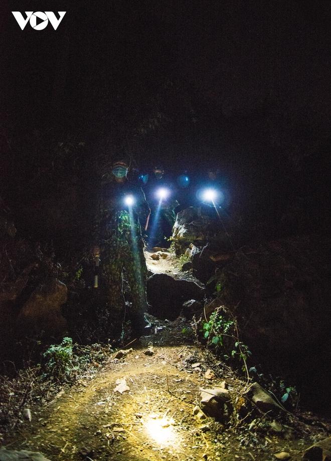 Trắng đêm tuần tra chống dịch trên biên giới Lạng Sơn - Ảnh 6.
