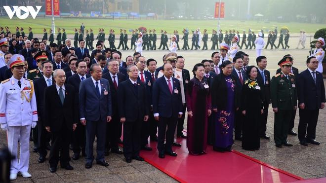 Lãnh đạo Đảng, Nhà nước và các đại biểu dự Đại hội XIII vào Lăng viếng Bác - ảnh 5