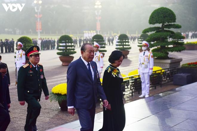 Lãnh đạo Đảng, Nhà nước và các đại biểu dự Đại hội XIII vào Lăng viếng Bác - ảnh 8