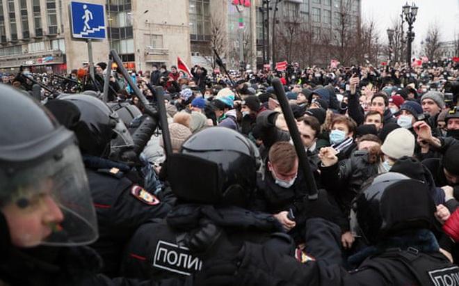 """Hơn 3.500 người biểu tình ở """"trái tim"""" của Nga, điện Kremlin: Không đáng là bao so với con số này!"""
