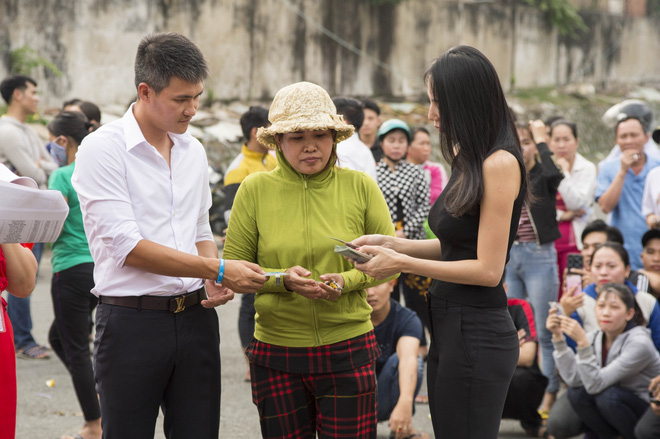 Thủy Tiên cầm 220 triệu lên phát tại vùng cao, lễ phép cúi chào và ôm chặt người dân - Ảnh 5.