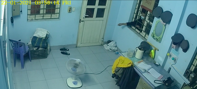 [Clip] Thanh niên ăn mặc lịch sự dùng móc quần áo mở cửa nhà gác chắn trộm cắp tài sản ở Sài Gòn - Ảnh 1.
