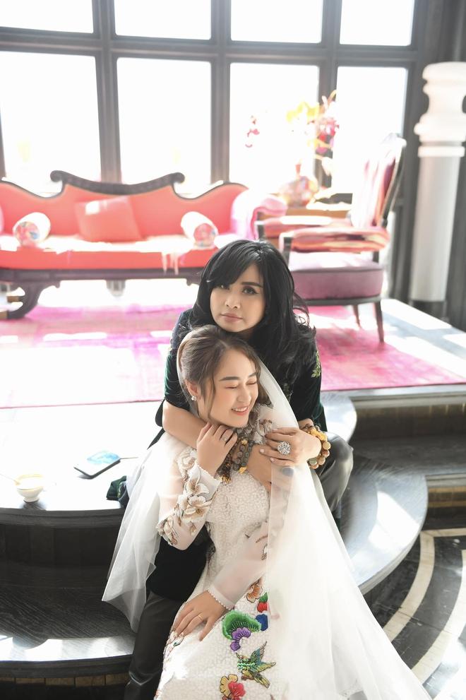 Con gái Thanh Lam liên tục lau nước mắt khi được dàn diva, divo hát tặng trong đám cưới - Ảnh 4.