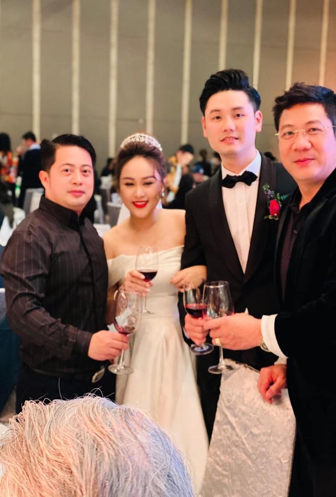 Con gái Thanh Lam liên tục lau nước mắt khi được dàn diva, divo hát tặng trong đám cưới - Ảnh 3.