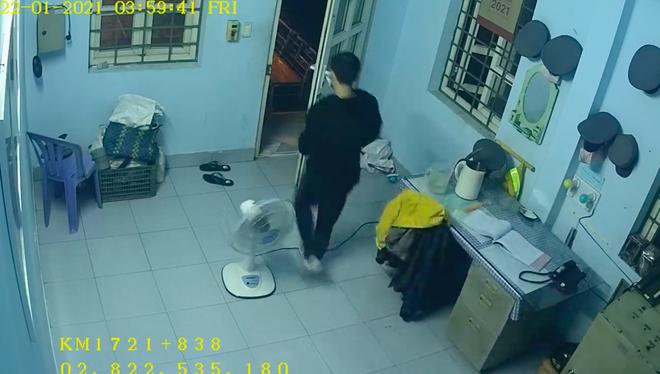 [Clip] Thanh niên ăn mặc lịch sự dùng móc quần áo mở cửa nhà gác chắn trộm cắp tài sản ở Sài Gòn - Ảnh 2.