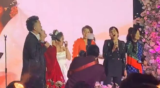 Con gái Thanh Lam liên tục lau nước mắt khi được dàn diva, divo hát tặng trong đám cưới - Ảnh 2.