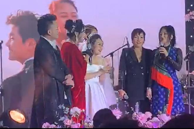 Con gái Thanh Lam liên tục lau nước mắt khi được dàn diva, divo hát tặng trong đám cưới - Ảnh 1.