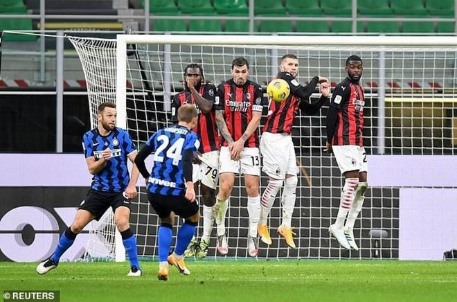 Ibrahimovic nhận thẻ đỏ, AC Milan thất thủ trước Inter Milan - Ảnh 2.