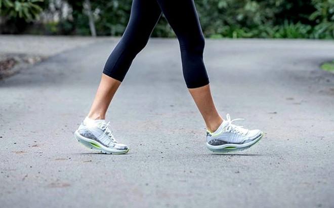 Làm thêm một động tác khi đi bộ có thể giúp tim khỏe hơn: Đặc biệt tốt cho tuổi trung niên - Ảnh 1.