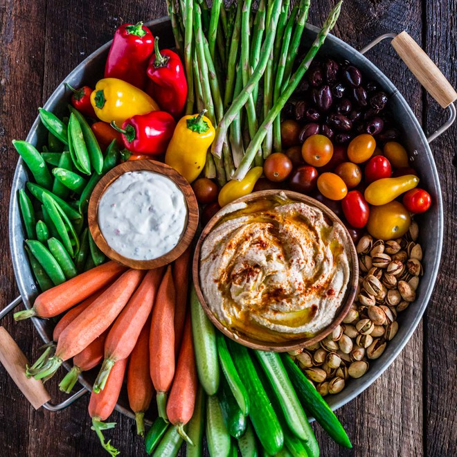 Chuyên gia dinh dưỡng cảnh báo: Chế độ ăn uống không hợp lý gây ra các bệnh mãn tính - Ảnh 1.