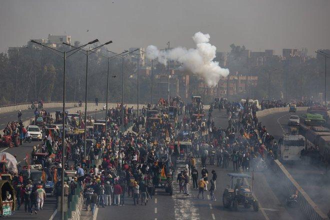 Nông dân lái 10.000 máy kéo tới xé nát trái tim Ấn Độ, gửi ông Modi thông điệp cứng rắn - Ảnh 2.