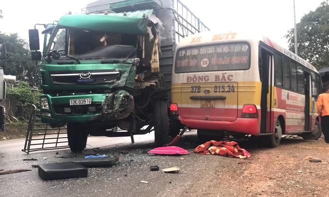 Hơn 10 người bị thương khi xe buýt đấu đầu xe tải  - Ảnh 3.