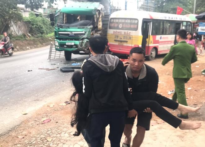 Hơn 10 người bị thương khi xe buýt đấu đầu xe tải  - Ảnh 7.