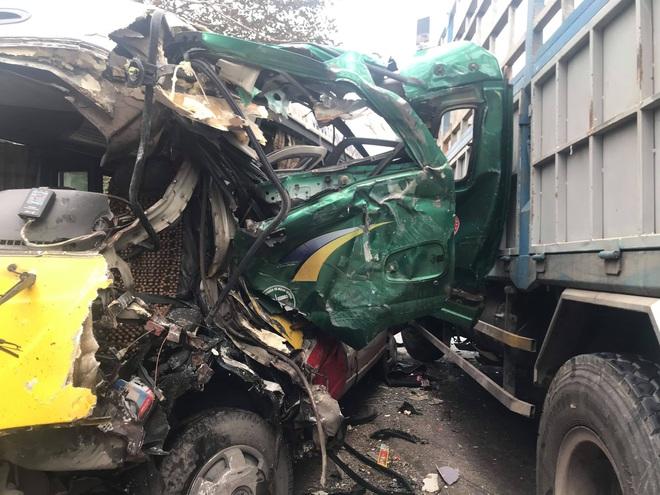 Hơn 10 người bị thương khi xe buýt đấu đầu xe tải  - Ảnh 5.